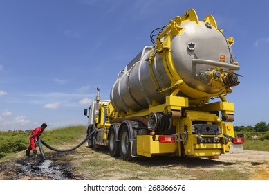 emergency  Vacuum truck  for oil spill  petrochemical industrial .