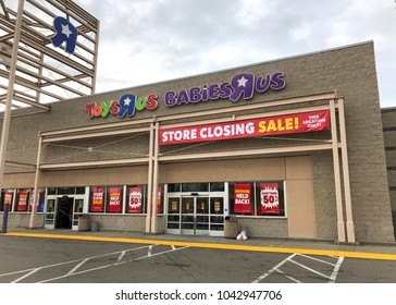 Emeryville, CA - March 10, 2018: Toys R Us store front. Bankrupt retailer Toys R Us may shut all its US stores as soon as next week, according to several reports.