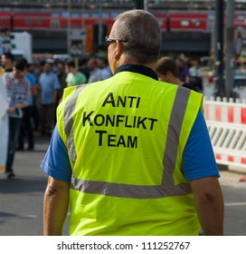Employee anti-conflict teams to demonstrate.