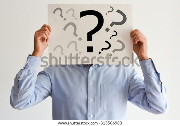 Dylemat pracowników ze znakami zapytania na czystym papierze