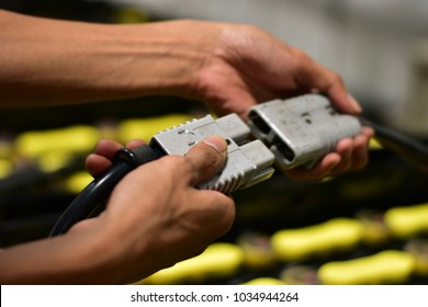 Employee Are using hand picks Battery plug forklift Connect the plug to the battery charger. To charge the battery.