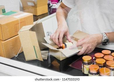 Employees are packing a parcel in the send to the customer. Online ordering For the convenience of customers.