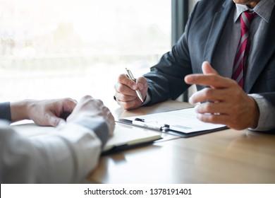Arbeitgeber oder Rekrutierer, der einen Lebenslauf während des Kolloquiums liest sein Profil des Kandidaten, Arbeitgeber in Anzug führt ein Bewerbungsgespräch, Manager Ressourcenbeschäftigung und Rekrutierung Konzept.