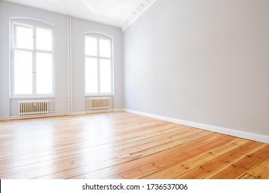 Wohnzimmer mit Holzfußboden in neuer Wohnung