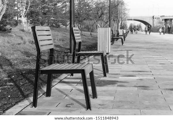 empty-autumn-benches-blurry-figures-600w