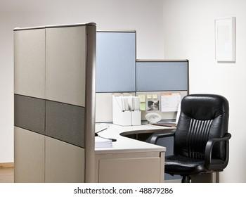Leerer Stuhl am Schreibtisch in der Arbeitskammer