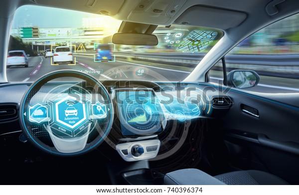 Пустой кокпит автономного автомобиля, HUD (Head Up Display) и цифровой спидометр. автотранспортное средство.