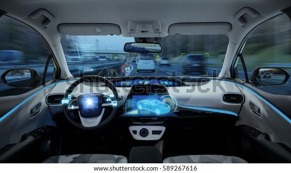 пустой кокпит автомобиля, HUD (Head Up Display) и цифровой спидометр. Автономный автомобиль. беспилотный автомобиль.