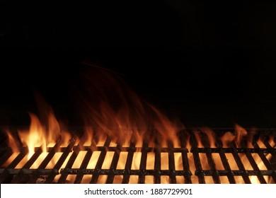 Leeres, flammendes Grillgerät, Nahaufnahme. Heißes Grillgerichte, die auf Gusseisen aus Gusseisen zubereitet werden. Konzept für Kekse, Grillparty im Garten oder Hinterhof. Grill mit hellen Flammen schwarz isoliert.