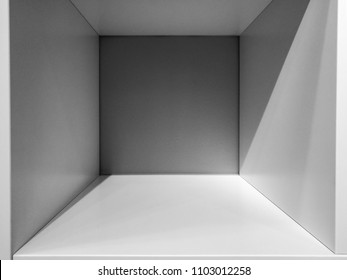 デザインとデコレーション用の白黒の内部に空のグレイの部屋スペース – 抽象的背景。空白の内部スペースを持つ正方形のボックス。空の部屋の内部パースビュー。フォトボックスの中。