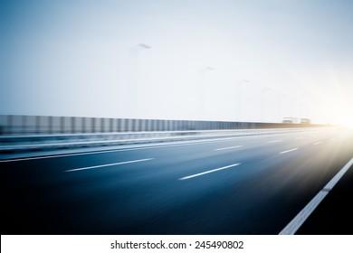leere Autobahn, blaue Bilder.