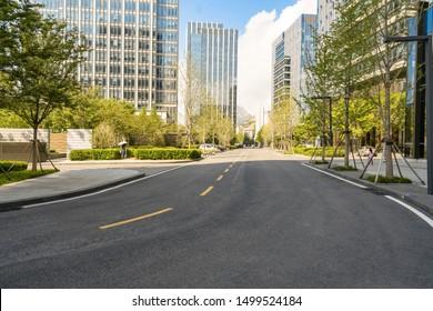 leere Autobahn mit Stadtlandschaft und Skyline von qingdao, China.