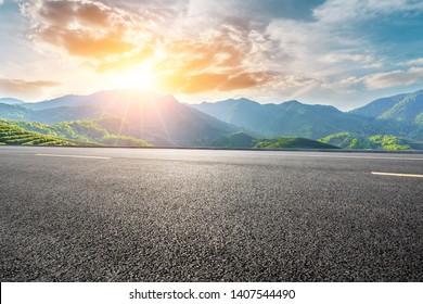 Leere Autobahn und schöner Berg mit Wolkenlandschaft
