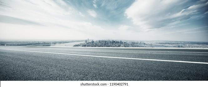 leere Autobahn durch die moderne Stadt