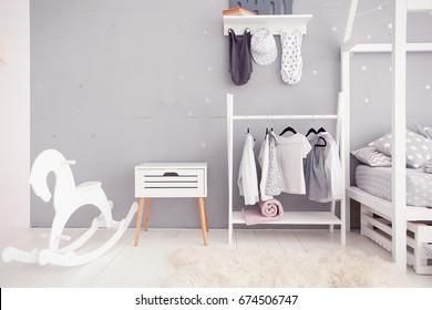 Leeres Kinderzimmer mit klarer Wand, Spielzeug und Holzpferd