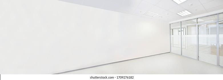 Leeres Bürozimmer mit Glaswand