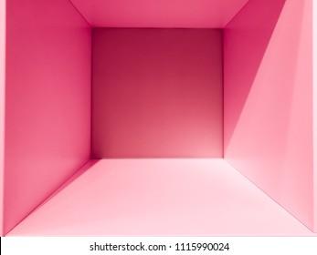空のピンクのグラデーションの部屋スペース、デザインとデコレーション用の内部 – 抽象的な背景。空白の内部スペースを持つ正方形のボックス。空の部屋の内部パースビュー。フォトボックスの中。