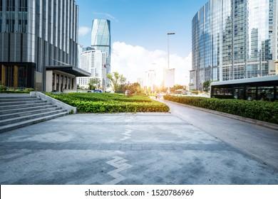 Empty Plaza und Modern Office Building, Qingdao, China