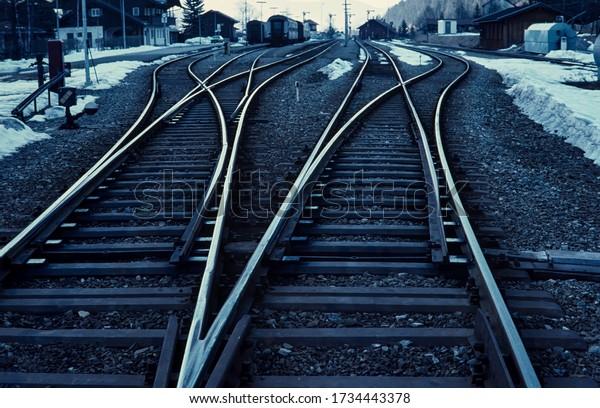 empty-rails-converging-perspective-alpin