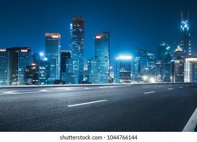 camino vacío con el horizonte de la ciudad, shanghai, china.