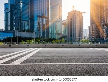leere Straße mit modernem hohen Aufstieg in der Stadt, Shenzhen, China.