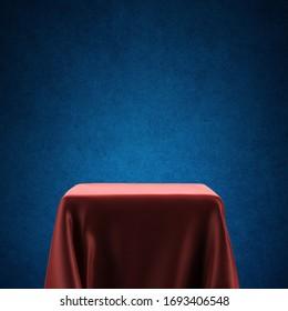 Leeres Spotlight-Podest mit rotem Stoff auf blauem Hintergrund