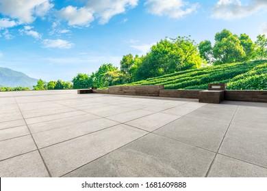 Leerer quadratischer Boden und grüne Teeberge Naturlandschaft an sonnigen Tagen.