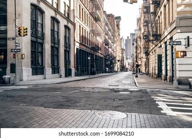 Leere Straße bei Sonnenuntergang im Stadtteil SoHo in Manhattan, New York