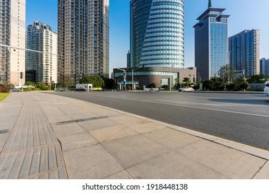 Leere Stadtstraße und Gebäude in der Stadt