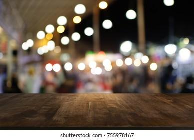 Leerer Holztisch und unscharfer Hintergrund/selektiver Fokus auf dem Nachtmarkt .Für die Montage-Produktanzeige