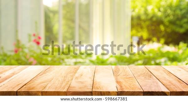 Photo de stock de Table En Bois Vide Sur Fond (modifier ...