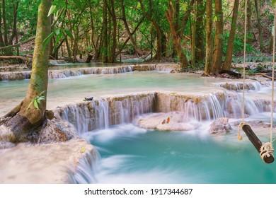 columpio de madera vacío en la hermosa naturaleza con cascada en el bosque en la cascada Wang Kan Luang para la terapia natural de relajación, provincia de Lopburi, Tailandia.