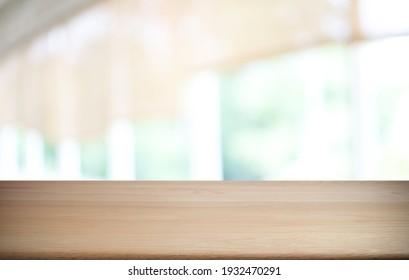 Leerer Holztisch vor abstraktem, unscharfem Hintergrund des Kaffeehauses . Der Holztisch vor der Tür kann zur Anzeige oder Montage Ihrer Produkte verwendet werden.Mock up for display of product
