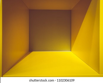空の黄色い部屋スペース、デザインとデコレーション用の内部 – 抽象的な背景。空白の内部スペースを持つ正方形のボックス。空の部屋の内部パースビュー。フォトボックスの中。