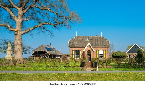 Encountering a gorgeous Dutch traditional farmhouse when walking the Dutch Hiking Tour of the Year near the village of Markelo (Overijssel, The Netherlands). The region is known for beautiful nature