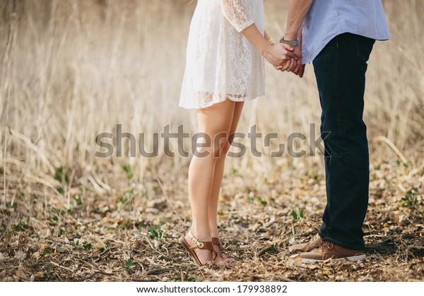 Couple Engagé Tenant Les Mains