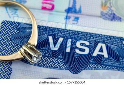 Einreisezeichen auf unscharfem Einreisevisum in einem Reisepass. Konzeptuelles Foto für das Finanzvisum und Einwanderung im Allgemeinen. Selektiver Fokus.