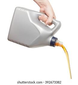 Motoröl, das aus einem handgegossenen Kanister einzeln auf weißem Hintergrund strömt