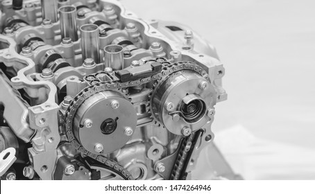 The engine that opens the cylinder head can see the timing chain, shaft gear in the car garage, black and white cam.