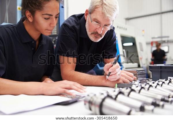 Ingénieur Et Apprentice Planning Projet De Machines CNC