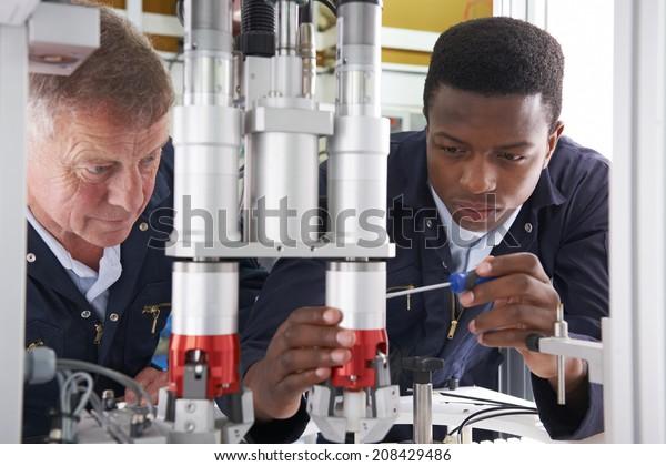 Ingenieur und Auszubildender für Maschinen im Werk
