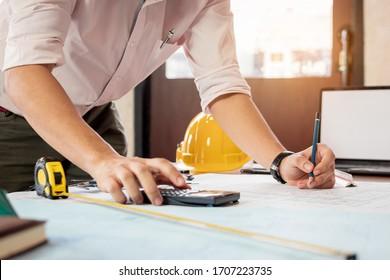 Ingenieur oder Architekt berechnen und skizzieren das Zeichengebäude. Bauingenieurwesen, Architektenkonzept.