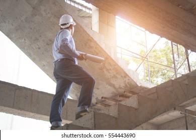 Ingenieur und Architekt, der an Baustellen mit Bauplan arbeitet
