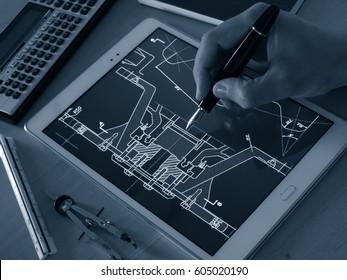 Ingenieur-Designer, der mit dem Tablet-Computer-Tool an der Erstellung eines Kopfhörerplans arbeitet