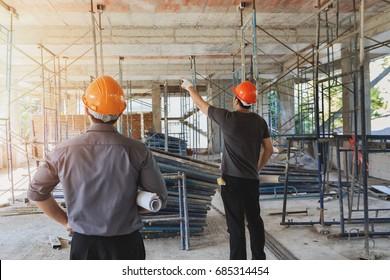Ingenieur diskutiert mit Projektverantwortlichen über Bauvorhaben
