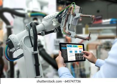 Ingenieurhandmaschine mit Tablet-Roboterarmmaschine, schwere Automatisierung in intelligenter Industrie mit Tabletts-Echtzeit-Monitoring-System-Anwendung. Industrie-4.