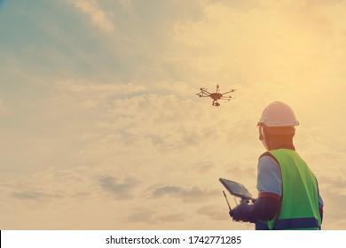 Techniker prüfen und prüfen das Solarpanel von Drone im Solarkraftwerk