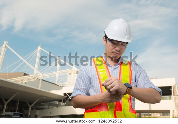 engineer-manager-wear-white-hat-600w-124