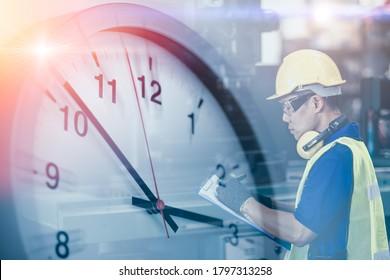 Ingenieurarbeiter in Fabrik-Overlay mit Zeituhr für Arbeitszeitkonzept