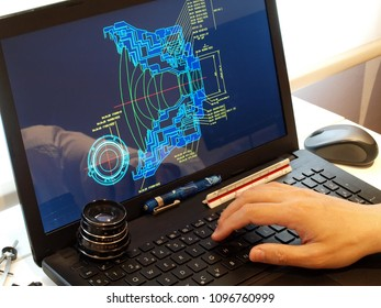 Ingenieur, der am Computer arbeitet und bei der Konstruktion optischer Prototypen arbeitet